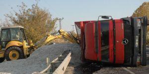 Çınar'da pamuk çekirdeği yüklü kamyon kaza yaptı