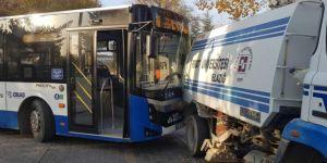Elazığ'da temizlik aracı durakta bekleyen öğrenci otobüsüne çarptı