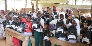 Uganda'daki yetim öğrencilere kırtasiye yardımı