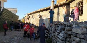 Diyarbakır Sur'da polis baskınında kendilerini yakma girişiminde bulundular