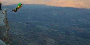 """Siirt'de ekstrem sporcular bin 300 rakımlı """"Kaletül-Üstad"""" tepesinden atladı"""