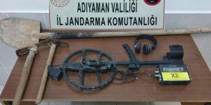 Besni'de kaçak kazıya 2 gözaltı