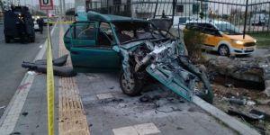 Kayapınar Mezopotamya Bulvarında bahçe duvarına çarpan araçta 2 kişi öldü 1 kişi ağır yaralandı