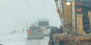 Karacadağ kayak merkezinde onlarca araç mahsur kaldı