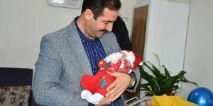 Tatvan Belediye Başkanı yeni yılın ilk bebeğini ziyaret etti