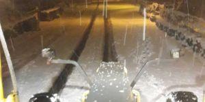 Kar yağışı nedeniyle kapanma riski olan yollara müdahale edildi