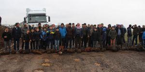 Çınar Bulutçeker Köylüsü tepki amacıyla bozuk olan yollarını trafiğe kapattı