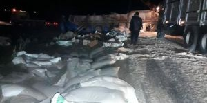 Siverek-Viranşehir karayolunda kepek yüklü kamyon devrildi