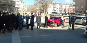 Freni tutmayan araç park halindeki otomobile çarptı