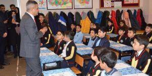 İl Milli Eğitim Müdürü, öğrencilere karnelerini dağıttı