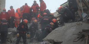 Elâzığ'da enkazdan sağ çıkarılan 12 yaşındaki Miraç hayatını kaybetti