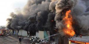 Diyarbakır'da çıkan fabrika yangınında üretim atölyeleri küle döndü