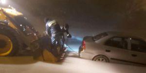 Besni'de çamura saplanan araç iş makinasıyla çıkarıldı