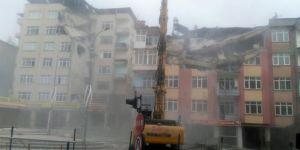 Elazığ'da ağır hasarlı binaların yıkımına 23 noktada devam ediliyor
