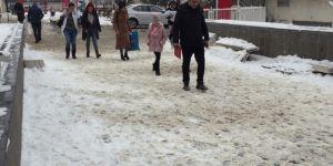 Diyarbakır'da etkili olan kar ve buzlanma özelikle yayaları rahatsız ediyor