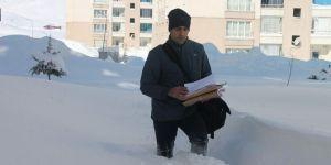 Postacılar karı yara yara gönderileri evlere ulaştırıyor