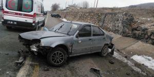 Otomobil yola düşen kayaya çarptı: 6 yaralı