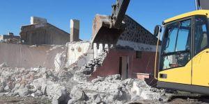 Depremde zarar gören okul binası yıktırıldı