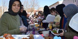 Diyarbakırlı İmam Hatipli öğrenciler İdlibliler için kermes düzenledi