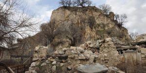 Ziyarete kapatılan Kozluk ilçesindeki tarihi Hazo Kalesi'nin hali içler acısı