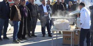 Habur'da bekleyen şoförlere çorba dağıtıldı