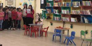 Sebze ve meyve kasalarıyla köy okuluna kütüphane yaptı