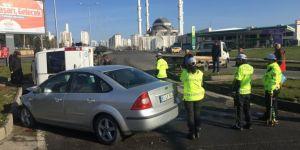 Diyarbakır'da Otogar Kavşağında otomobil ile çarpışan minibüs devrildi: 1 yaralı
