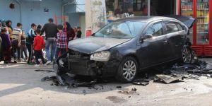 Diyarbakır'da süratle gelen otomobil park halindeki araca çarptı