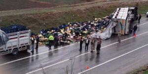 Şoförü uyuyan sebze yüklü kamyon devrildi: Bir yaralı