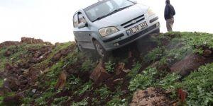 Diyarbakır'da sürücüsü fenalaşan otomobil yoldan çıktı