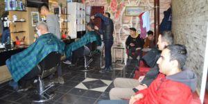 Berberlerin kapanacağını duyan vatandaşlar tıraş olmak için sıra bekledi