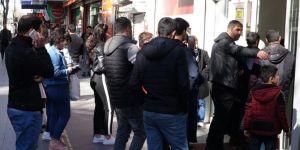Bankaların mesai saatlerinin değişmesi Diyarbakır'da uzun kuyruklar oluşturdu