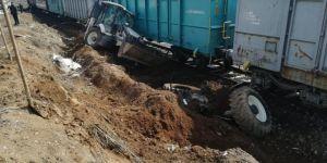 Bitlis'te yük treninin biçtiği iş makinesinin operatörü saniyelerle kurtuldu