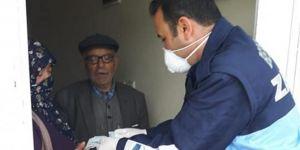 Adıyaman'da zabıta ekipleri evde kalan yaşlıların maaşlarını eve götürdü