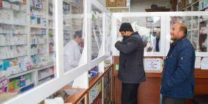 Ağrı'lı eczacılar Coronavirus'e karşı plastik cam bölmeyle tedbir alıyor