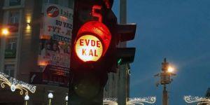"""Van'da trafik ışıklarıyla """"Evde Kal"""" mesajı"""