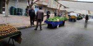 Pazarcılar Coronavirüse karşı sosyal mesafeyi koruyor