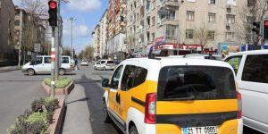 """Diyarbakır'da trafik ışıklarına """"Evde Kal"""" yazısı yansıtıldı"""