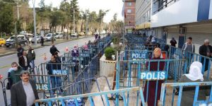 Diyarbakırlı vatandaşlar salgın için bariyerlerle alınan önlemi yetersiz buldu