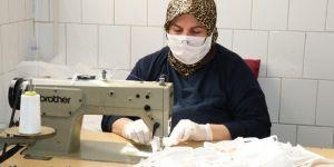 Hasta refakatçisi gönüllü olarak maske üretimine destek veriyor