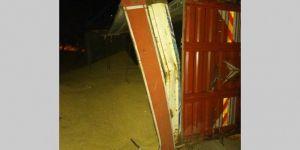 Adıyaman-Diyarbakır yolu Kırkgöz Köprüsü mevkiinde arpa yüklü kamyon devrildi: 1 yaralı