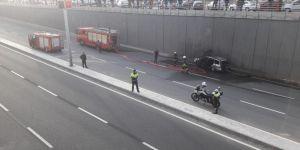 Diyarbakır Hal Köprülü Kavşağı'nda 5 aracın karıştığı zincirleme kazada bir otomobil alev aldı
