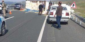 Elazığ'da saman yüklü kamyon yola devrildi