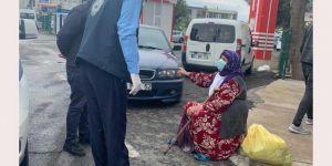 Diyarbakır'da gideceği adresi şaşırarak sokakta kalan yaşlı nineye Bağlar Belediyesi sahip çıktı