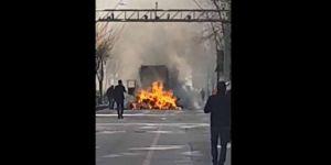 Elazığ'da geri dönüşüm malzemesi taşıyan kamyonette yangın çıktı