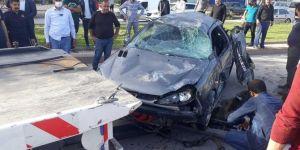 Elazığ'da kaldırıma çarparak takla atan otomobilde 2 kişi yaralandı