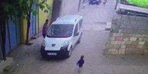 Siverek'te park halindeki araç hareket edince 2 yaşındaki çocuğu ezdi
