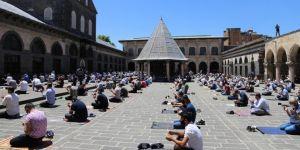 Diyarbakırlılar yeniden Cuma namazı kılmanın sevincini yaşadı