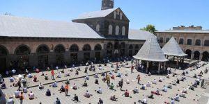 Diyarbakır halkı: Camilerde cemaatle namaz kılmayı çok özlemiştik