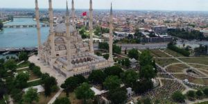 Adana'da sosyal mesafeye riayet edilerek Cuma namazı eda edildi